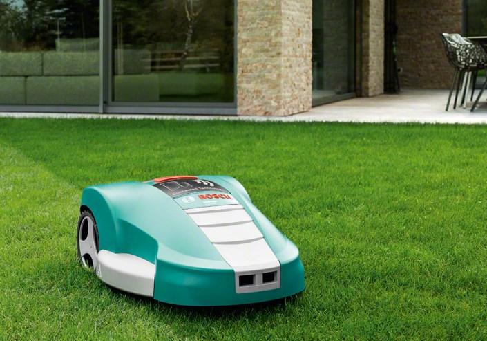 Умный робот газонокосилка bosch indego работает на садовом участке