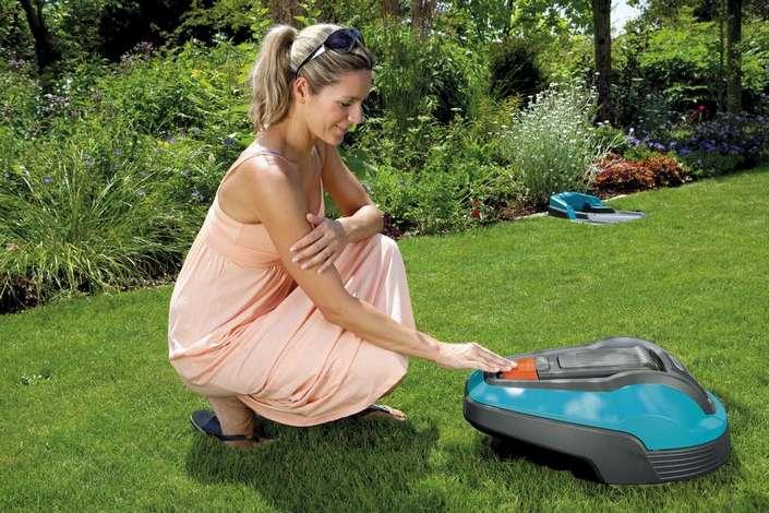 Фото газонокосилка робот gardena r50li на газоне