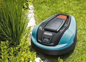 на фото газонокосилка робот gardena r50li стрижет газонную траву