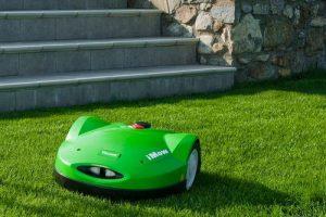фото робот газонокосилка viking стрижет траву на участке
