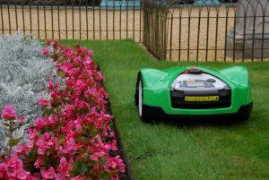 фото робот газонокосилка viking стрижет траву у забора